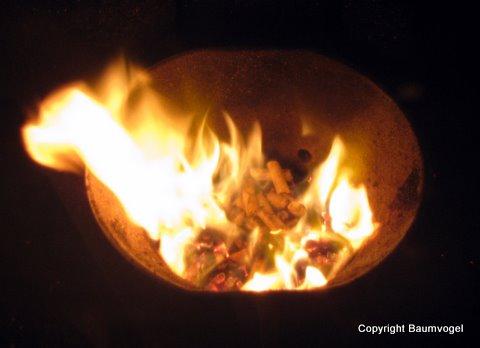 Brennende Holzpellets in unserem Ofen im Wohnzimmer